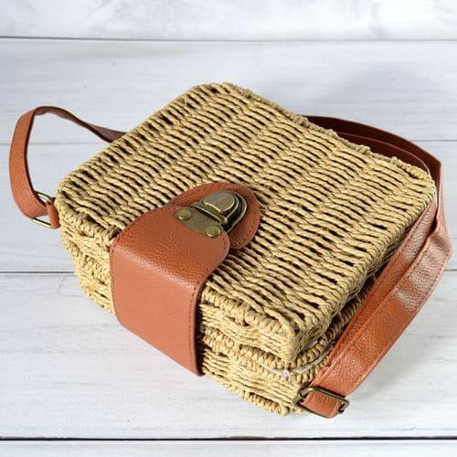 Ткана жіноча сумочка з соломи карамельного кольору на плече