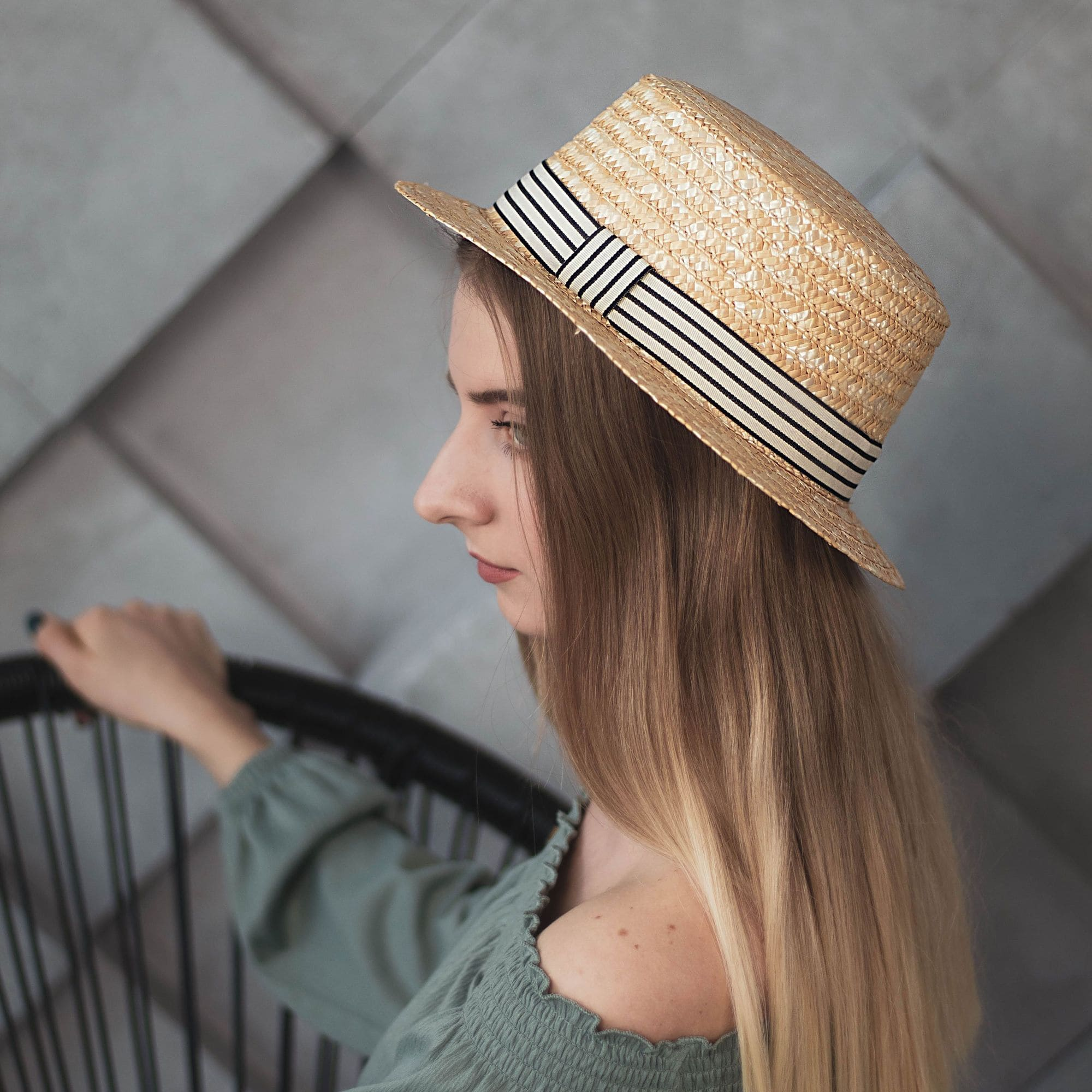 Соломенная шляпа канотье с полосатой лентой