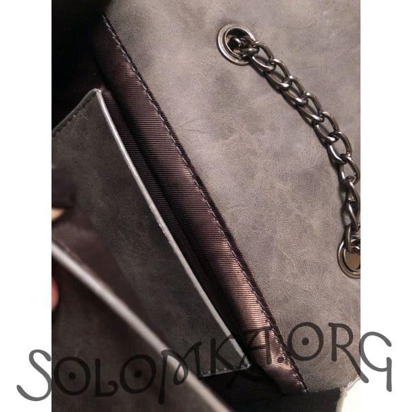 Серая сумка на цепочке. Клатч из искусственной кожи с перышком