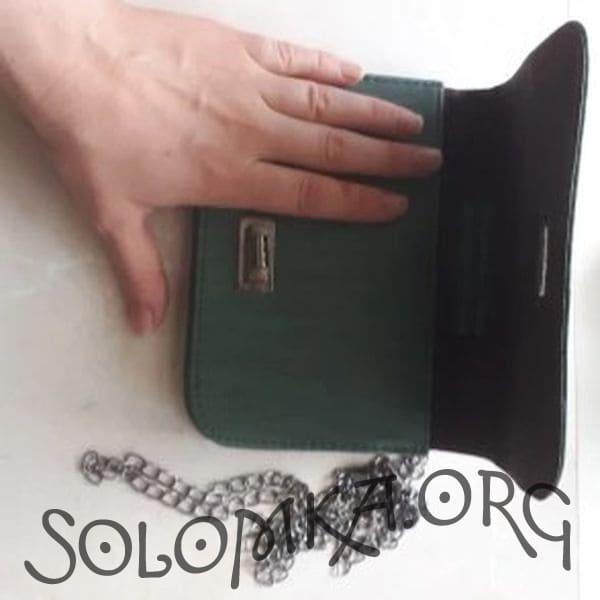 Зеленая сумка клатч на цепочке