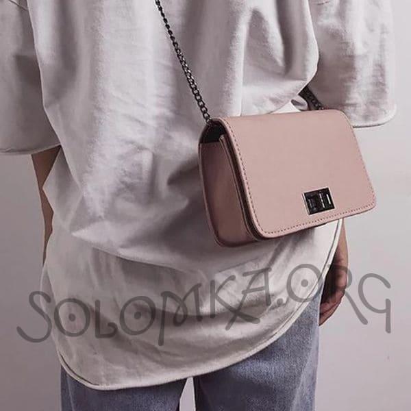 Бежевая сумочка клатч на цепочке