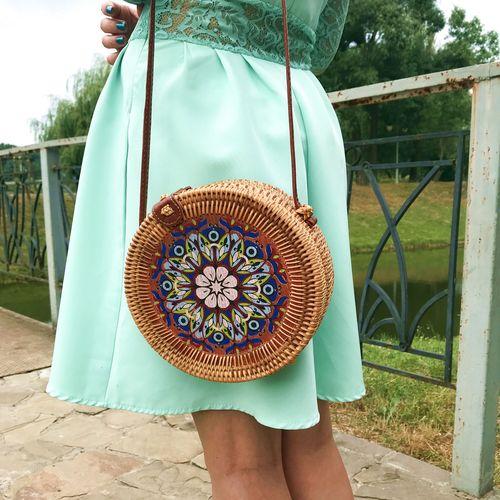 Жіноча кругла сумка з ротанга з квітковим малюнком