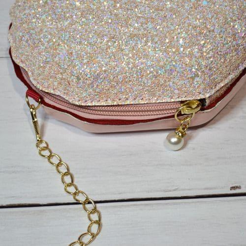 Маленькая сумочка с блестками на цепочке