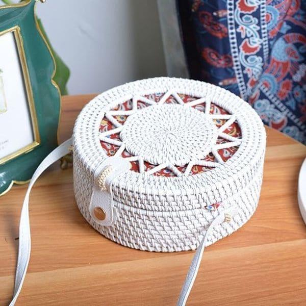 Біла сумка з ротангу з плетеним візерунком