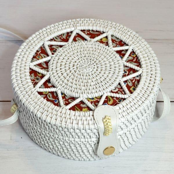 Белая сумка из ротанга с плетеным узором