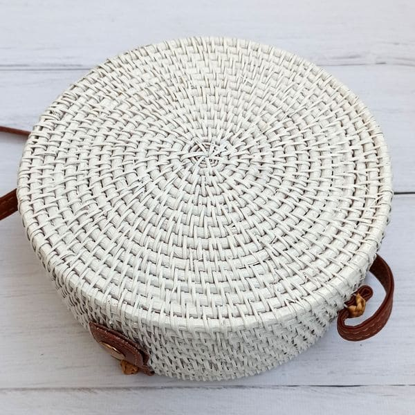 Белая сумка из ротанга с узором и цветной подкладкой 20x8 см