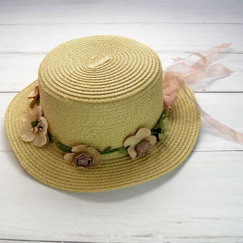 Женская cветлая соломенная шляпка с цветами