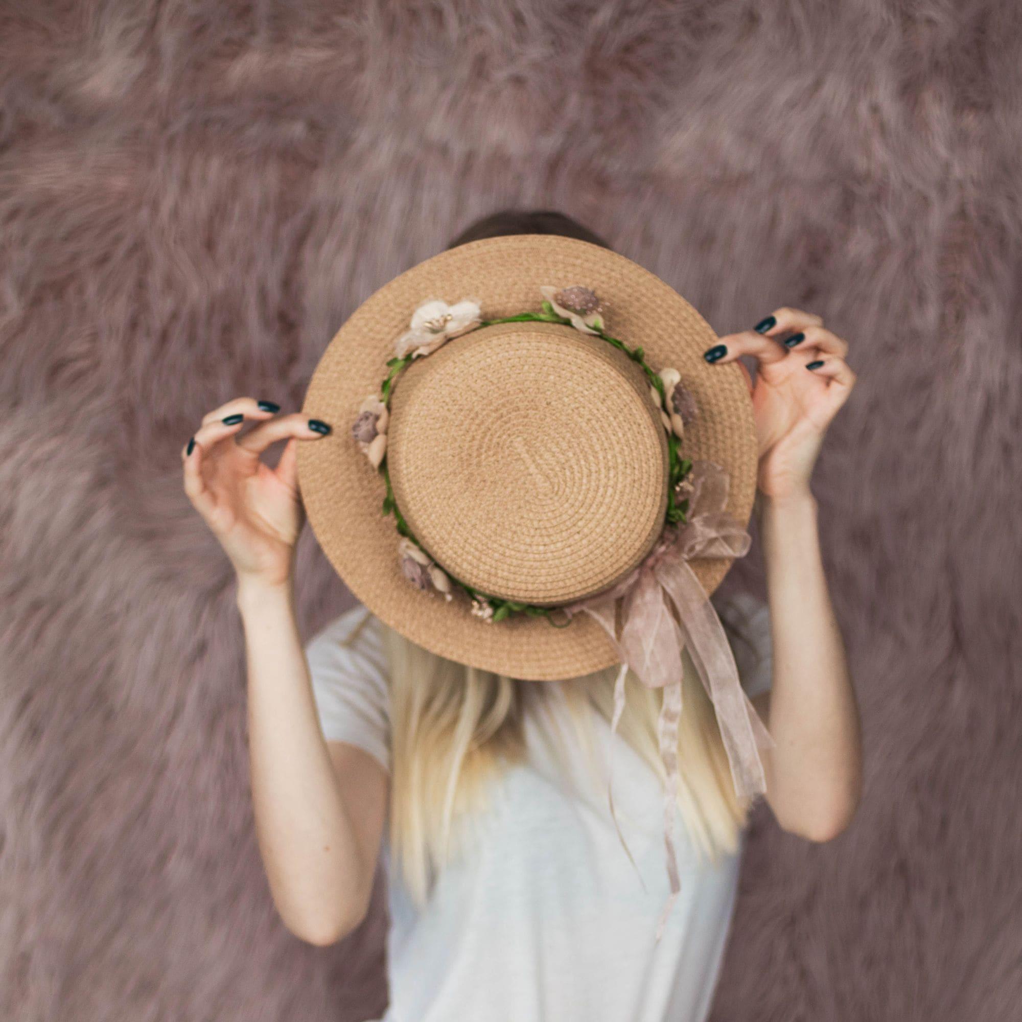 Темная женская соломенная шляпка с цветами