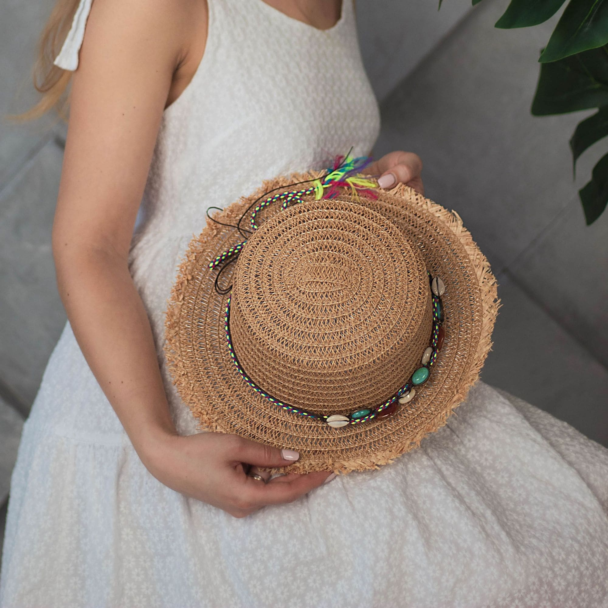 Соломенная шляпа с бахромой и ракушками