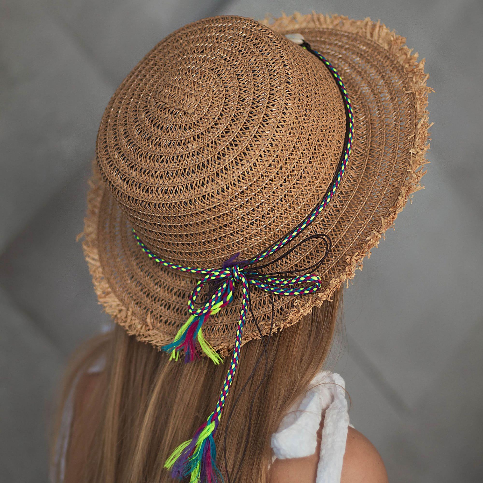 Солом'яний капелюх із бахромою та мушлями