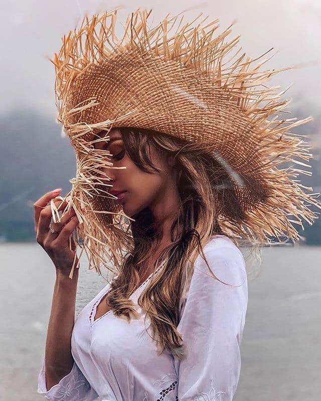 Широкополая соломенная шляпа из рафии с бахромой и лентами