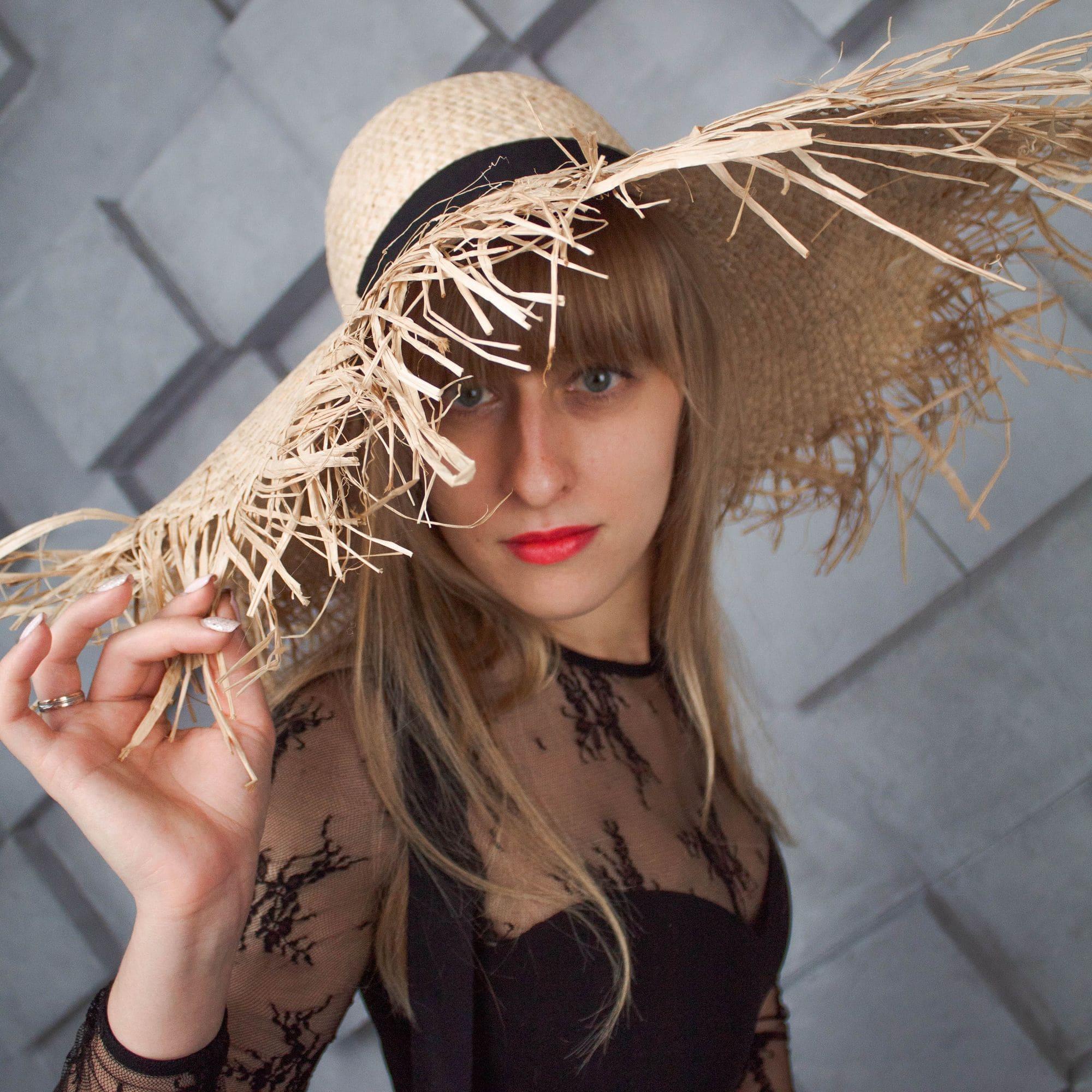 Крислатий солом'яний капелюх з рафії з бахромою і стрічками