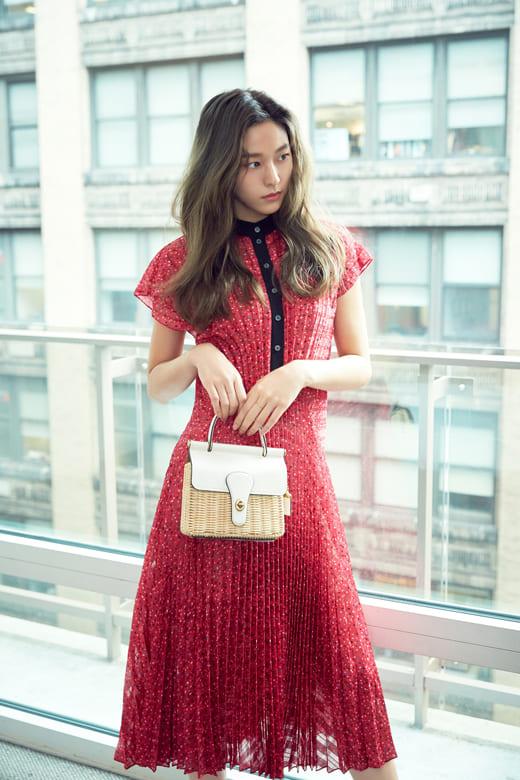 Соль Хён с сумкой из ротанга для бренда COACH